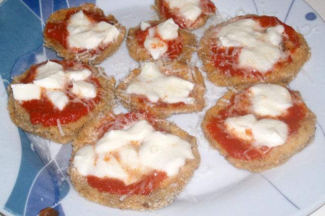 Pizzette di melanzane con pomodoro e mozzarella