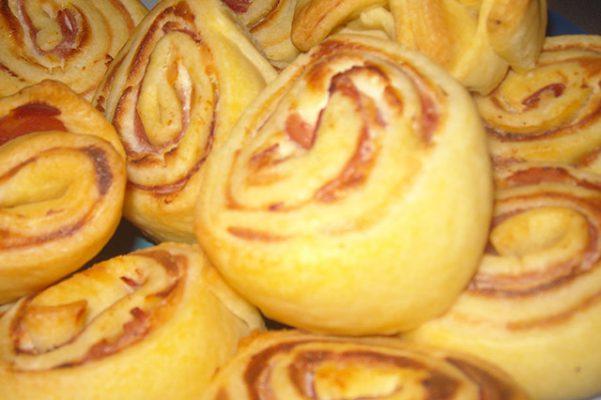 Rotoli di pasta brisèe con prosciutto cotto e mozzarella