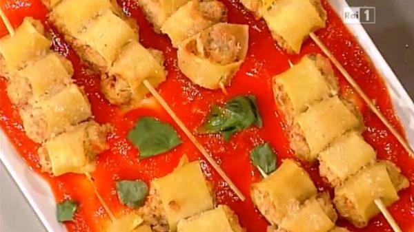 Spiedini di paccheri su salsa di pomodoro
