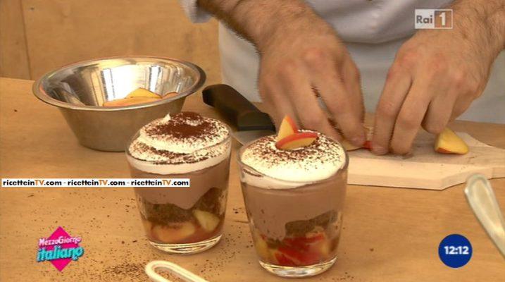 Mousse al cioccolato con pesche