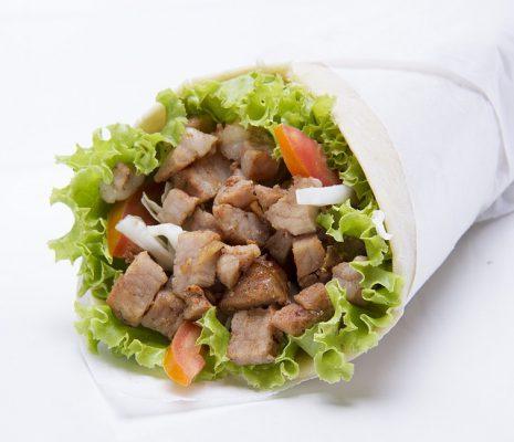 Piadina con kebab di pollo, la ricetta veloce