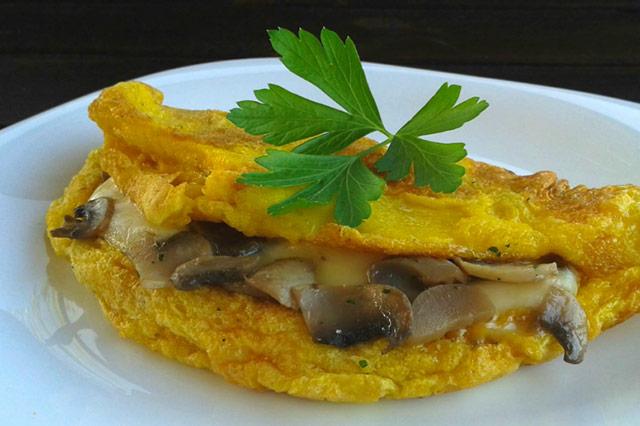 Omelette con funghi e mozzarella, la ricetta facile